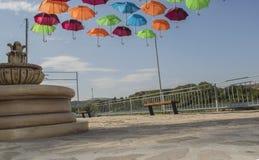 Le parc avec des parapluies dans la ville de Beloslav Le parc est situé sur les banques du lac près du ferry Photos libres de droits