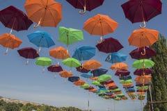 Le parc avec des parapluies dans la ville de Beloslav Le parc est situé sur les banques du lac près du ferry Image stock