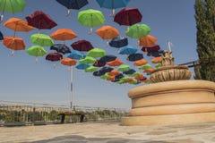 Le parc avec des parapluies dans la ville de Beloslav Le parc est situé sur les banques du lac près du ferry Photo libre de droits