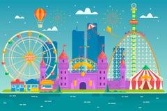 Le parc d'attractions avec l'attraction et la montagne russe, la tente avec le cirque, le carrousel ou l'attraction ronde, joyeus Images stock