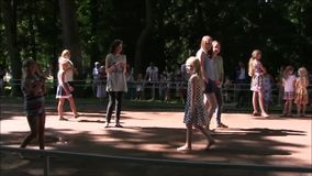 Le parc de fontaine de Petergof la plupart d'amusement intéressant clips vidéos
