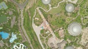 Le parc et les ferris d'aqua de vue aérienne roulent dedans le parc d'attractions sur le bord de mer Grande roue et glissière d'e banque de vidéos