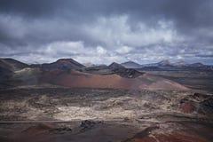 Le parc national de Timanfaya, la Lanzarote, les Îles Canaries, le ciel et les montagnes aménagent en parc Images stock
