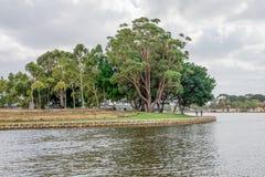 Le parc public avec les terrasses artificielles s'approchent de la rivière de cygne à Perth est Images stock