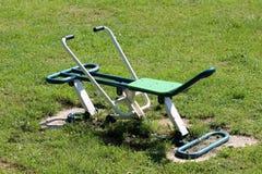 Le parc public extérieur a fraîchement peint exercer l'équipement entouré avec l'herbe non coupée photo libre de droits