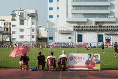 Le parent attendent leur jouer d'enfant footbal images libres de droits