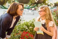 Le parent communique avec l'enfant, l'amour et bonheur i Photo stock