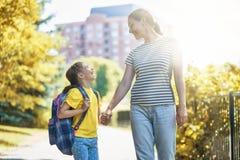 Le parent et l'élève vont à l'école photographie stock libre de droits