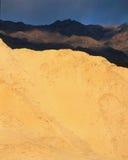 Le pareti del canyon dorato alla luce di sera, parco nazionale di Death Valley, California Immagini Stock