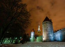 Le pareti e le torri del castello di Toompea hanno evidenziato dalle lampade di via nella t Fotografia Stock