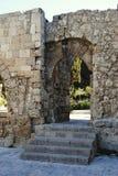 Le pareti medievali all'entrata alla città parcheggiano sull'isola di Rodi in Grecia Immagini Stock