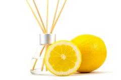 Le parfum d'ambiance colle avec un citron d'isolement sur un blanc Photos libres de droits