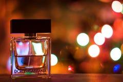 Le parfum de luxe de Dolce et de Gabbana a tiré avec le backround de Noël Photographie stock