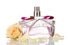 Le parfum des femmes dans la belle bouteille Image libre de droits