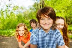 Le parkerar lyckliga ungar som har gyckel i sommar royaltyfria bilder