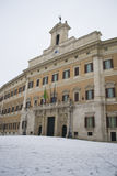 Le Parlament italien sous la neige Photo stock