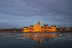 Le Parlement à Budapest après coucher du soleil Photos stock