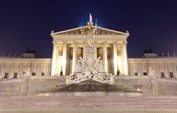 Le Parlement autrichien à Vienne la nuit photographie stock libre de droits