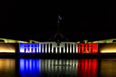 Le Parlement d'Australies logent en le bleu, le blanc et le rouge Photographie stock