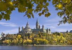 Le Parlement dans l'automne Image stock