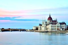 Le Parlement de Budapest au coucher du soleil Image stock