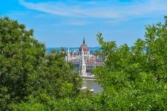 Le Parlement de Budapest derrière les arbres Photographie stock