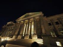 Le parlement de Bundestag à Berlin la nuit photographie stock libre de droits