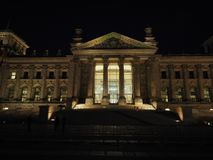 Le parlement de Bundestag à Berlin la nuit photo stock