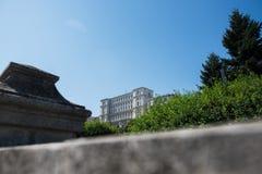 Le Parlement de la Roumanie dans la saison d'été au-dessus du fond de ciel images libres de droits