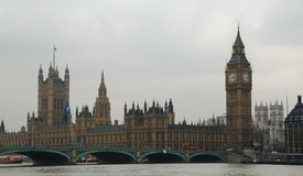 Le parlement de passerelle et de Londres Photographie stock libre de droits