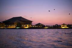 Le Parlement de Sri Lanka au crépuscule Photographie stock libre de droits