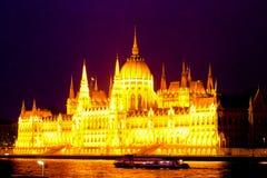 Le Parlement hongrois à la rivière la nuit photo stock