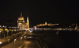 Le Parlement hongrois la nuit images stock