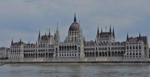 Le Parlement majestueux de Budapest sur les banques du Danube Images stock