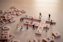 Mattonelle di legno con le lettere spiegando la parola nessuna