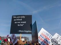 Le parole di Maya Angelou al ` s marzo delle donne immagini stock