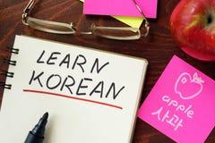Le parole imparano il Coreano scritto nel blocco note fotografie stock libere da diritti