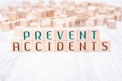 Le parole impediscono gli incidenti costituiti dai blocchi di legno su una Tabella bianca immagini stock libere da diritti