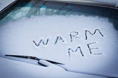 Le parole mi riscaldano sul vetro dell'automobile Fotografia Stock