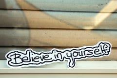 Le parole scritte a mano credono in voi stesso Fotografia Stock Libera da Diritti