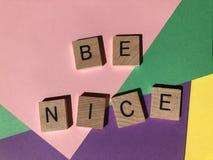 Le parole sono Nizza isolate su un fondo multicoloured immagine stock