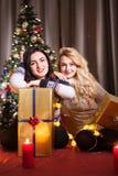 Le partage s'inquiète Boîtes heureuses d'échange d'amie avec des cadeaux Photo libre de droits