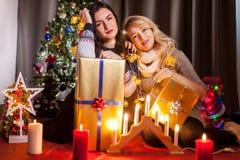 Le partage s'inquiète Boîtes heureuses d'échange d'amie avec des cadeaux Images libres de droits
