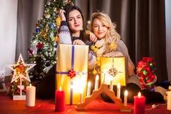 Le partage s'inquiète Boîtes heureuses d'échange d'amie avec des cadeaux Image libre de droits
