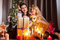 Le partage s'inquiète Boîtes heureuses d'échange d'amie avec des cadeaux Photos libres de droits