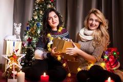Le partage s'inquiète Boîtes heureuses d'échange d'amie avec des cadeaux Photos stock