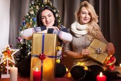 Le partage s'inquiète Boîtes heureuses d'échange d'amie avec des cadeaux Image stock