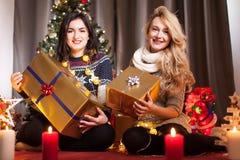 Le partage s'inquiète Boîtes heureuses d'échange d'amie avec des cadeaux Images stock