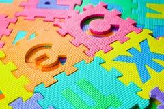 Le parti del puzzle sono sparse sul pavimento Immagini Stock