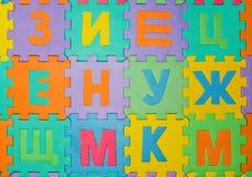 Le parti del puzzle sono sparse sul pavimento Fotografia Stock Libera da Diritti